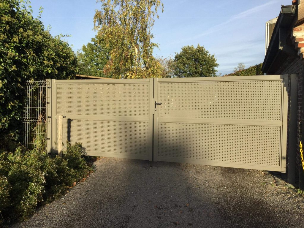 Aluminium poort met perfoplaat