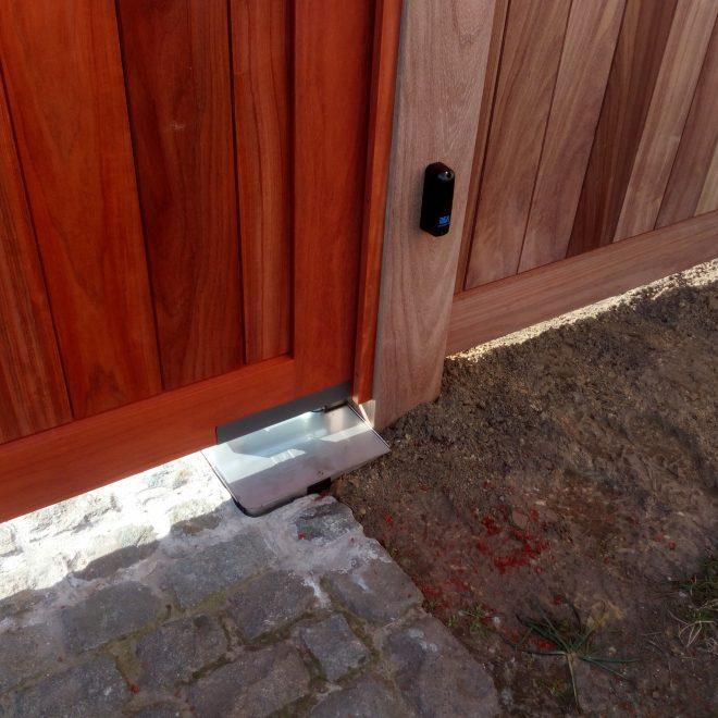 plaatsen van ondergrondse automatisatie op houten poort (9)