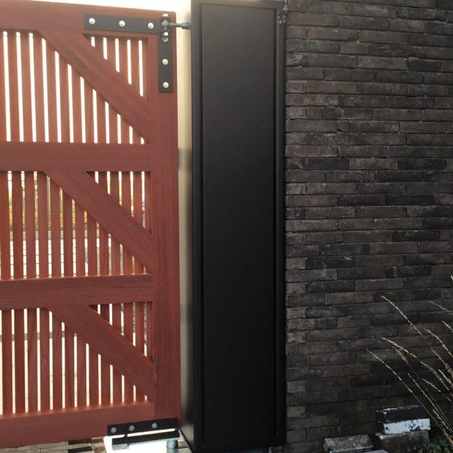 stalen zuilen met houten draaipoort (8)
