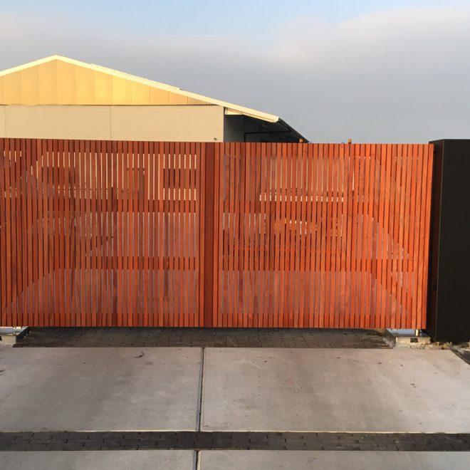 stalen zuilen met houten draaipoort (9)