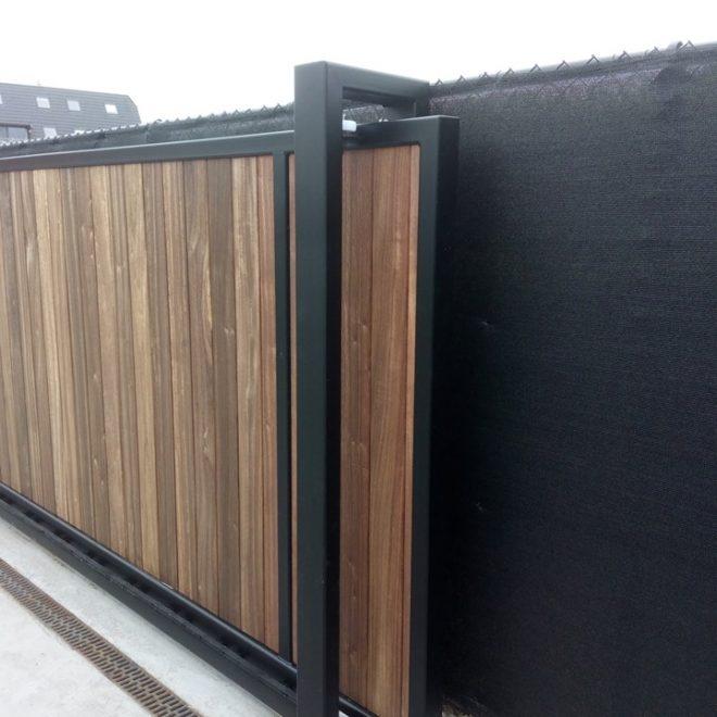 Leveren en plaatsen van schuifpoort doorrij 12m, hoogte 1.8m voorzien van padouk planchetten met dubbel geleidingsportaal (3)